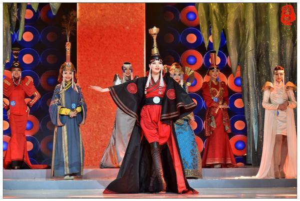 蒙古国的美女与他们的民族服装
