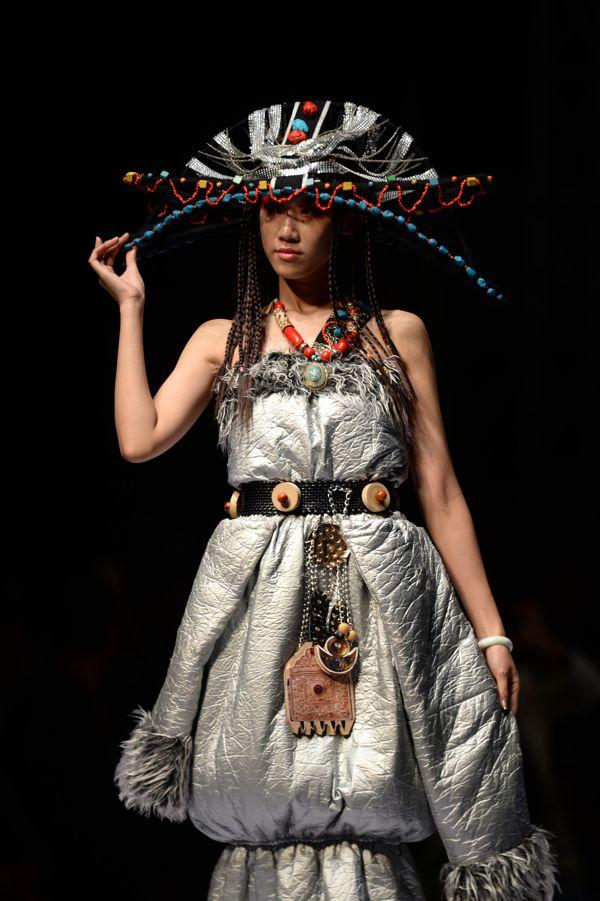设计师提炼出各民族传统服装的设计元素,并进行了全新的时尚演绎.