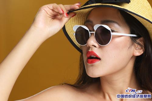 """视觉时尚的主力设计师们个个都是潮人,主打复古时尚的""""潮人眼镜""""."""