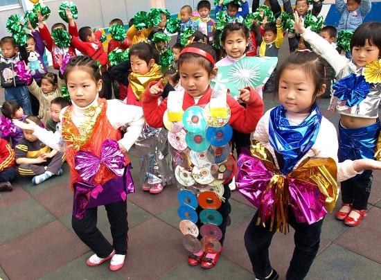 4月22日是第45个世界地球日,江苏省东海县牛山街道办对街道幼儿园留守托管幼儿进行形式多样的科学常识教育,通过师幼共同认识地球、制作环保衣服、废旧物品制作玩教具等多种形式,让孩子们意识到保护环境从自己做起,从小事做起。  图为孩子们正在展示利用废旧物品制作环保衣服。 (中国纺织报)
