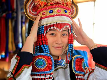 时尚得体的蒙古族服饰让人目不暇接,充满民族特色的刺绣花褥让人感叹